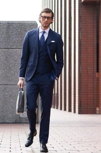 Comment porter un complet bleu marine: Porte un complet bleu marine et une chemise de ville blanche pour un look pointu et élégant. Une paire de des chaussures richelieu en cuir noires est une option parfait pour complèter cette tenue.
