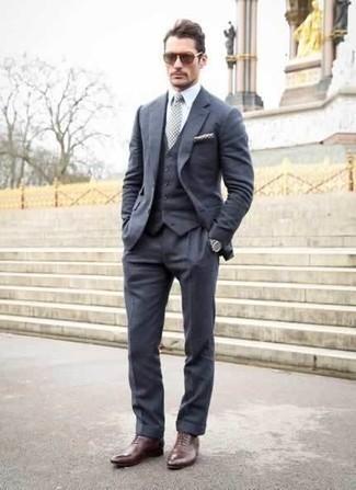 Comment porter un complet bleu marine: Essaie d'associer un complet bleu marine avec une chemise de ville blanche pour un look classique et élégant. Termine ce look avec une paire de des chaussures richelieu en cuir bordeaux.