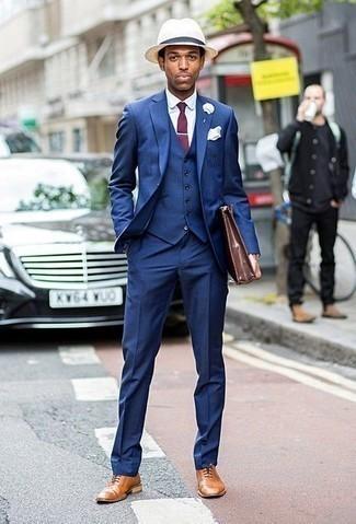 Comment porter un chapeau de paille beige: Pense à marier un complet bleu avec un chapeau de paille beige pour obtenir un look relax mais stylé. Jouez la carte classique pour les chaussures et choisis une paire de des chaussures richelieu en cuir marron clair.