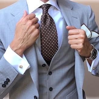 Comment porter: complet gris, chemise de ville blanche, cravate á pois marron foncé, pochette de costume blanche
