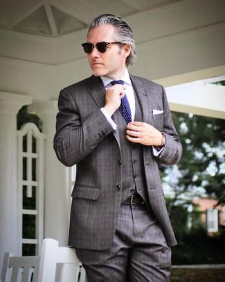 Comment porter: complet à carreaux gris foncé, chemise de ville blanche, cravate á pois bleu marine, pochette de costume blanche