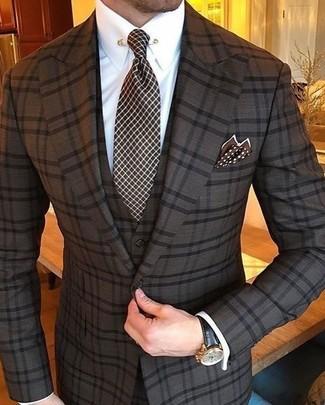 Comment porter: complet à carreaux marron foncé, chemise de ville blanche, cravate à carreaux marron foncé, pochette de costume á pois marron foncé