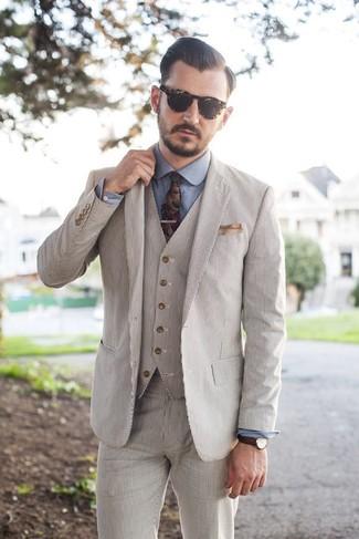 Comment porter: complet en seersucker beige, chemise de ville en chambray bleue, cravate à fleurs multicolore, pochette de costume beige