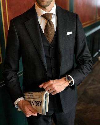 Comment porter: complet écossais noir, chemise de ville blanche, cravate marron, pochette de costume blanche