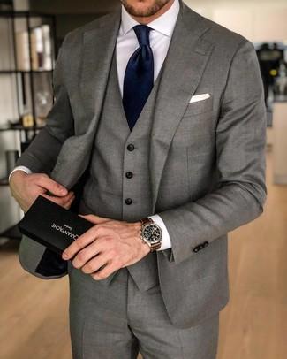 Comment porter: complet gris, chemise de ville blanche, cravate en soie bleu marine, pochette de costume blanche