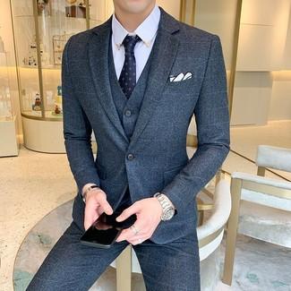 Comment porter: complet en laine bleu marine, chemise de ville bleu clair, cravate imprimée bleu marine, pochette de costume blanche