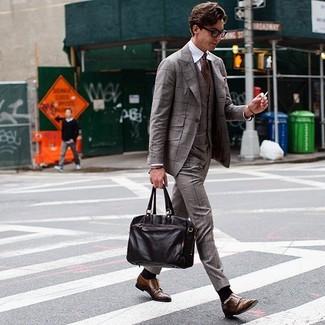 Comment porter: complet écossais marron, chemise de ville blanche, double monks en cuir marron, serviette en cuir marron foncé
