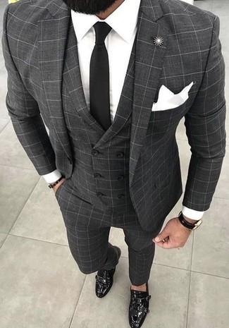Comment porter: complet à carreaux gris, chemise de ville blanche, double monks en cuir noirs, cravate noire