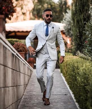 Comment porter: complet à carreaux gris, chemise de ville blanche, double monks en cuir marron foncé, cravate en soie bleue