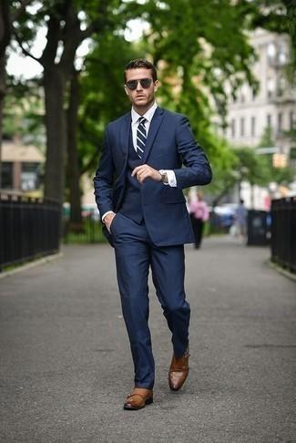 Comment porter un complet bleu marine: Associe un complet bleu marine avec une chemise de ville blanche pour une silhouette classique et raffinée. Tu veux y aller doucement avec les chaussures? Assortis cette tenue avec une paire de des double monks en cuir tabac pour la journée.