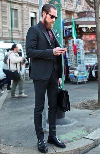 Comment porter un sac: Associe un complet bleu marine avec un sac pour une tenue idéale le week-end. Apportez une touche d'élégance à votre tenue avec une paire de des double monks en cuir noirs.
