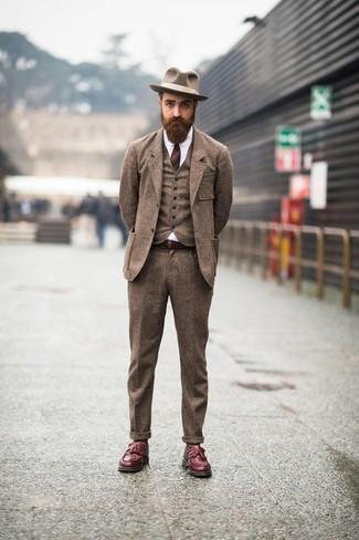 Comment porter: complet en laine marron, chemise de ville blanche, mocassins à pampilles en cuir bordeaux, chapeau en laine marron