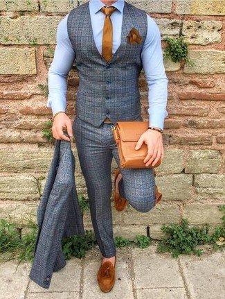 Comment porter: complet en laine à carreaux gris, chemise de ville bleu clair, mocassins à pampilles en daim tabac, besace en cuir tabac