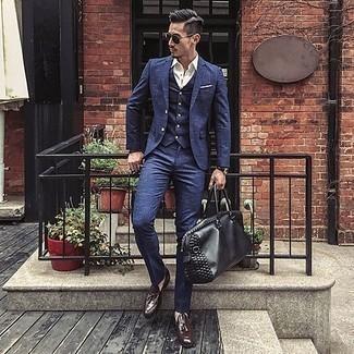 Comment porter un complet bleu marine: Associe un complet bleu marine avec une chemise de ville blanche pour dégager classe et sophistication. Tu veux y aller doucement avec les chaussures? Termine ce look avec une paire de des mocassins à pampilles en cuir marron foncé pour la journée.