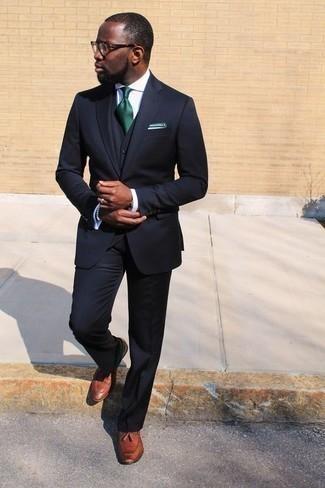 Comment porter une chemise de ville blanche: Associe une chemise de ville blanche avec un complet bleu marine pour dégager classe et sophistication. Pourquoi ne pas ajouter une paire de des mocassins à pampilles en cuir tabac à l'ensemble pour une allure plus décontractée?