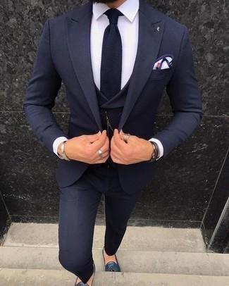 Comment porter une cravate: Pense à opter pour un complet bleu marine et une cravate pour un look classique et élégant. Décoince cette tenue avec une paire de des mocassins à pampilles en cuir bleu marine.