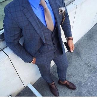 Comment porter: complet à carreaux bleu marine, chemise de ville bleue, monks en cuir marron foncé, cravate en tricot beige