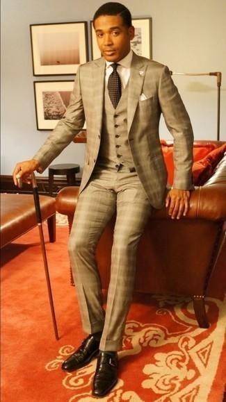 Comment porter une cravate á pois marron: Porte un complet marron clair et une cravate á pois marron pour un look pointu et élégant. D'une humeur créatrice? Assortis ta tenue avec une paire de des monks en cuir marron foncé.