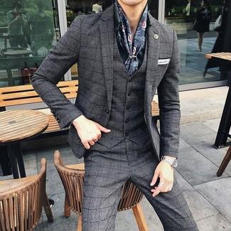 Comment porter: complet à carreaux gris foncé, chemise de ville vert foncé, pochette de costume blanche, écharpe en soie imprimée bleu marine