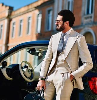 Comment porter: complet écossais beige, chemise de ville blanche, sac fourre-tout en cuir vert foncé, cravate á pois bleu marine et blanc