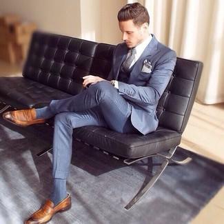 Comment porter: complet bleu, chemise de ville blanche, slippers en cuir marron, cravate grise