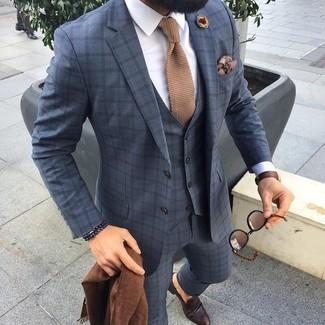 Comment porter: complet à carreaux gris, chemise de ville blanche, slippers en cuir marron foncé, cravate en tricot marron clair