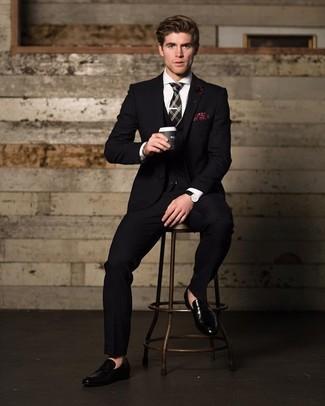Comment porter: complet noir, chemise de ville blanche, slippers en cuir noirs, cravate écossaise noire
