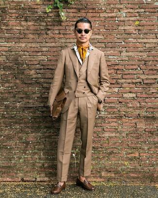 Comment porter: complet marron clair, chemise de ville imprimée blanche, slippers en cuir marron, serviette en cuir marron