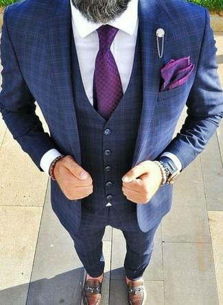 Comment porter: complet à carreaux bleu marine, chemise de ville blanche, slippers en cuir marron, cravate pourpre