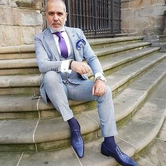 Comment porter: complet à carreaux gris, chemise de ville blanche, slippers en cuir violets, cravate en soie violette