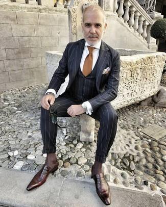 Comment porter: complet à rayures verticales noir, chemise de ville blanche, slippers en cuir marron foncé, cravate marron