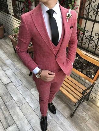Comment porter: complet rouge, chemise de ville blanche, slippers en cuir noirs, cravate noire