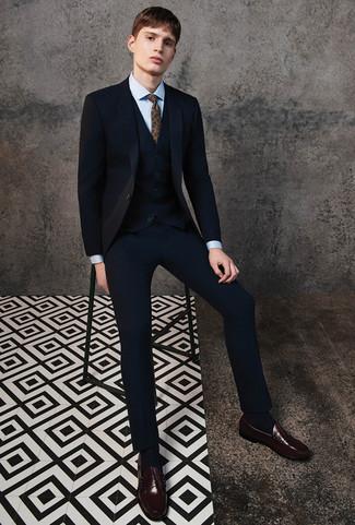 Comment porter: complet noir, chemise de ville bleu clair, slippers en cuir marron foncé, cravate imprimée cachemire marron