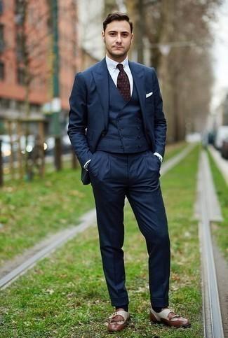 Comment porter un complet bleu marine: Associe un complet bleu marine avec une chemise de ville blanche pour un look pointu et élégant. D'une humeur créatrice? Assortis ta tenue avec une paire de des slippers en cuir à franges marron.