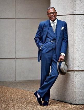 Comment s'habiller après 50 ans: Pense à porter une chemise de ville blanche pour une silhouette classique et raffinée.