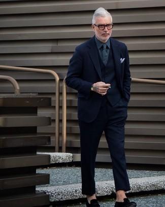 Comment porter une montre en cuir gris foncé: Marie un complet en laine bleu marine avec une montre en cuir gris foncé pour une tenue idéale le week-end. Assortis cette tenue avec une paire de slippers en velours noirs pour afficher ton expertise vestimentaire.