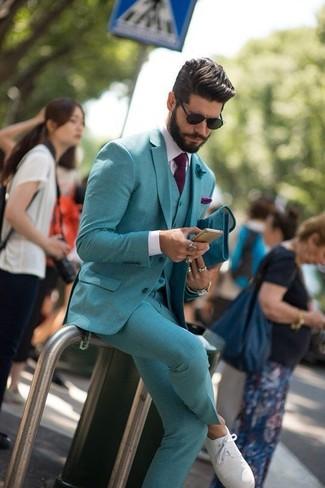 Comment porter: complet bleu canard, chemise de ville blanche, tennis blancs, cravate pourpre foncé