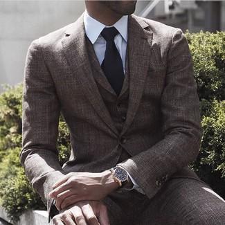 Comment porter un complet en laine marron foncé: Porte un complet en laine marron foncé et une chemise de ville blanche pour un look classique et élégant.