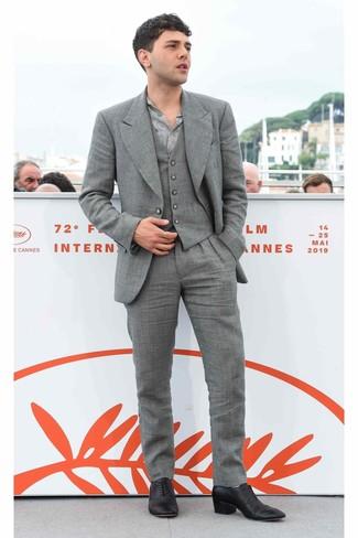 Comment porter: complet gris, chemise à manches longues imprimée grise, chaussures richelieu en cuir noires