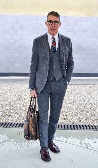 Comment porter: complet en laine gris, chemise de ville blanche, chaussures derby en cuir bordeaux, cravate écossaise multicolore