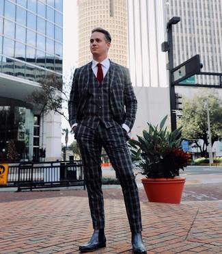 Comment porter: complet en vichy gris foncé, chemise de ville blanche, bottines chelsea en cuir noires, cravate bordeaux