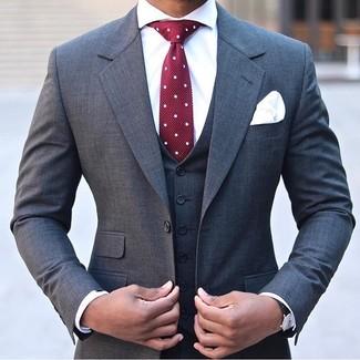 Comment porter: complet gris foncé, chemise de ville blanche, cravate á pois bordeaux, pochette de costume blanche