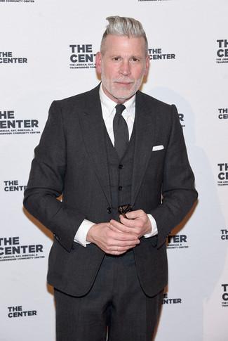 Tenue de Nick Wooster: Complet gris foncé, Chemise de ville blanche, Cravate gris foncé, Pochette de costume blanche