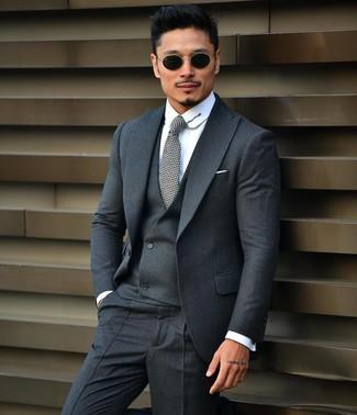 Comment porter: complet gris foncé, chemise de ville blanche, cravate grise, lunettes de soleil noires