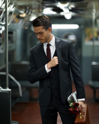 Comment porter: complet gris foncé, chemise de ville blanche, serviette en cuir marron, cravate bordeaux