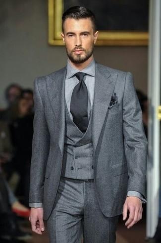 Comment porter: complet gris, pantalon de costume gris, cravate noire, pochette de costume noire
