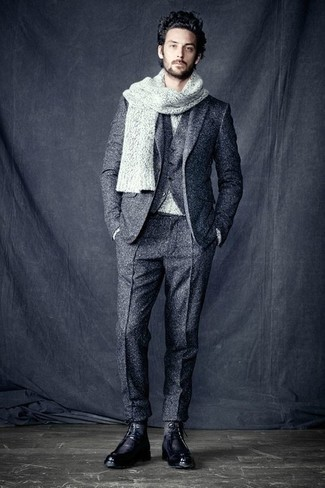Sois au sommet de ta classe en portant un pull à col rond gris et un complet en laine gris. Une paire de des bottes de loisirs en cuir noires apportera un joli contraste avec le reste du look.