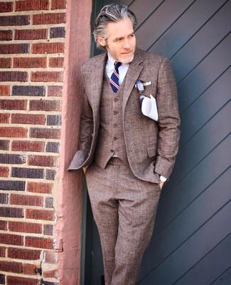 Comment porter: complet marron, chemise de ville blanche, cravate à rayures verticales bleu marine, pochette de costume blanche