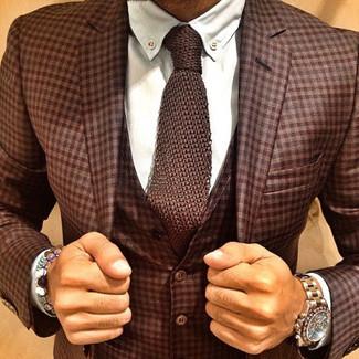 Comment porter: complet écossais marron, chemise de ville blanche, cravate en tricot marron, montre dorée