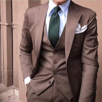 Comment porter: complet marron, chemise de ville blanche, cravate vert foncé, pochette de costume blanche